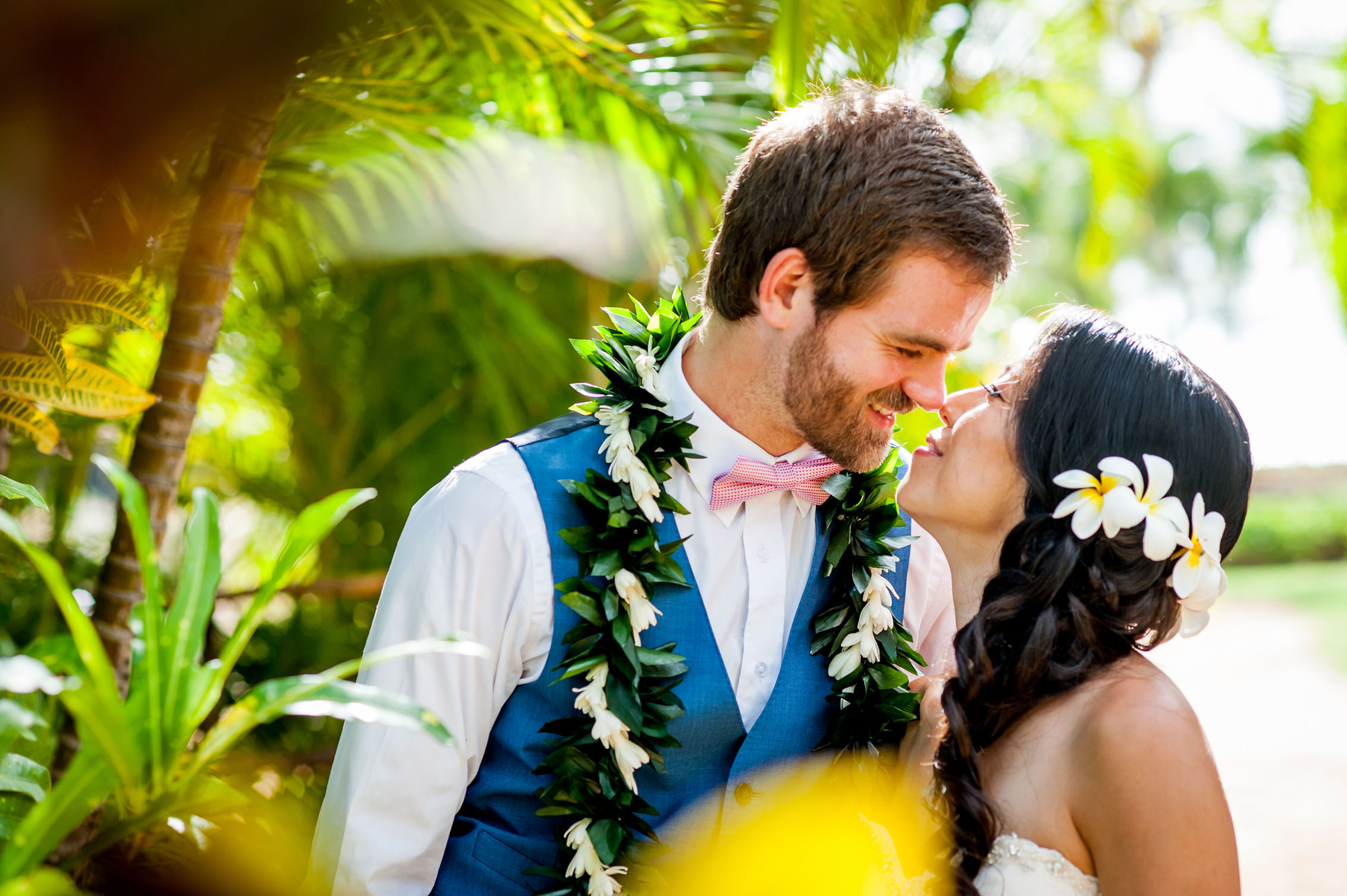 hawaiian wedding couple kissing